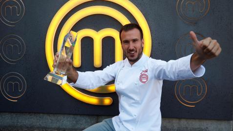 El ganador de Masterchef 9, Arnau París, posa con la chaquetilla y el trofeo que le acredita como vencedor