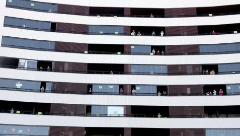 Vecinos de Erripagaña aplaudiendo a los sanitarios desde sus balcones durante el confinamiento