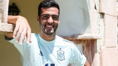 Un sonriente Mikel Merino posa después de la entrevista que concedió a Diario de Navarra, en el hotel de concentración de la selección olímpica en Benidorm