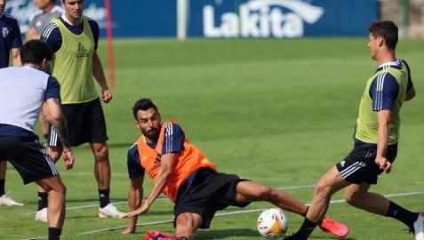 Enric Gallego se lanza al suelo ante Herrando