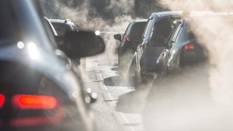 Atasco de tráfico, donde pueden verse los coches rodeados por el vapor del tubo de escape