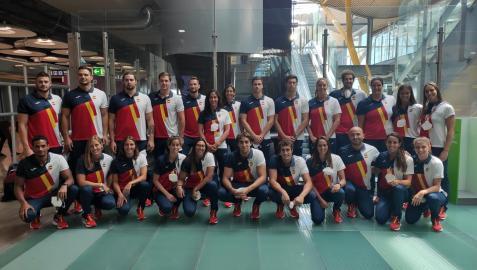 Los componentes de la Selección Nacional de Waterpolo en el Aeropuerto Internacional Adolfo Suárez-Madrid Barajas