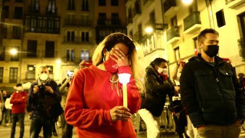 Una joven embargada por la emoción en la plaza consistorial a las doce de la noche