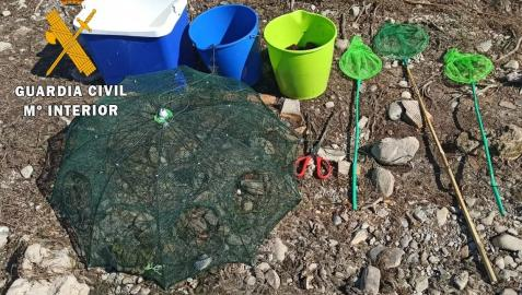 Los cangrejos y el material de pescan incautados por la Guardia Civil