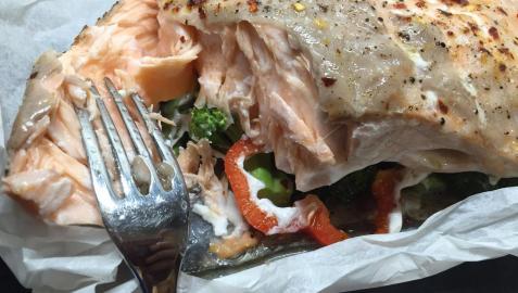 Un rico salmón en su jugo, con aroma de hierbas y verduras