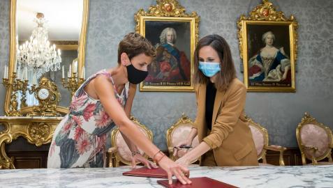 María Chivite y Ione Belarra durante el acto protocolario de la firma del convenio en el Palacio de Navarra