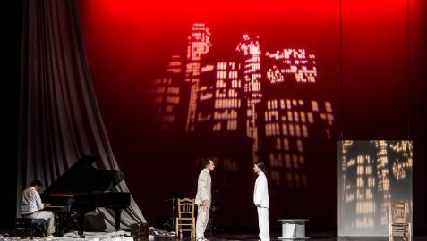 Un momento de Espejo, capricho escénico, con el piano de colo y alusiones a Nueva York en el escenario
