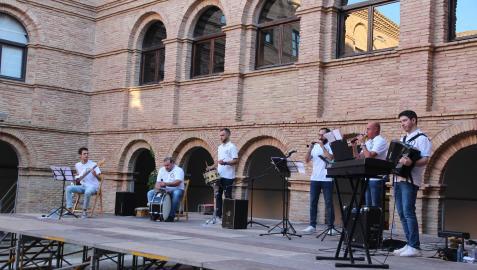 Un momento de la actuación de los Gaiteros de Tudela en el patio del centro Castel-Ruiz.