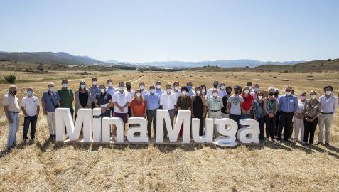 SOBRE EL TERRENO. Responsables técnicos de 'Mina Muga', junto con autoridades locales y forales, posaron ayer en el lugar donde se ejecutará la mina