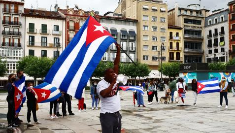 Residentes cubanos en Navarra durnate una protesta reciente contra la dictadura en la Plaza del Castillo de Pamplona