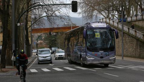 Varios vehículos y un ciclista circulan por la Cuesta de Labrit de Pamplona.
