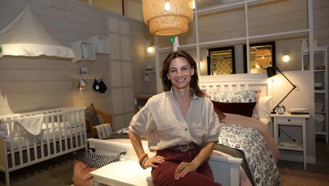 Luisa Alli, en uno de los dormitorios expuestos en el centro de pedidos y recogida de Ikea en Pamplona