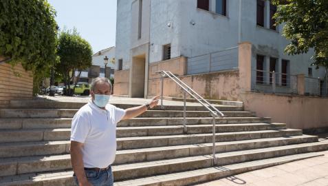 El alcalde, Andrés Agorreta, en la zona donde se hará el edificio.