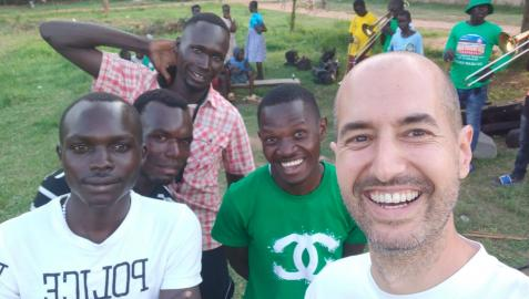 El huartearra Aritz Azparren Vicente, con algunos de los participantes en Uganda en el programa de enseñanza musical para el desarrollo de las personas