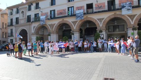 Asistentes a la manifestación, en la céntrica plaza de los Fueros de la capital ribera