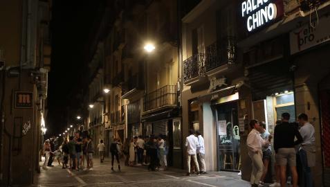 Varios grupos de jóvenes reunidos el sábado a las doce de la noche en la calle Estafeta de Pamplona