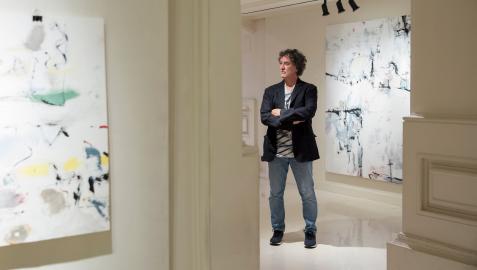 Miguel González de San Roman contempla una de sus obras de gran formato en la muestra, que puede visitarse en la galería de la calle San Antón