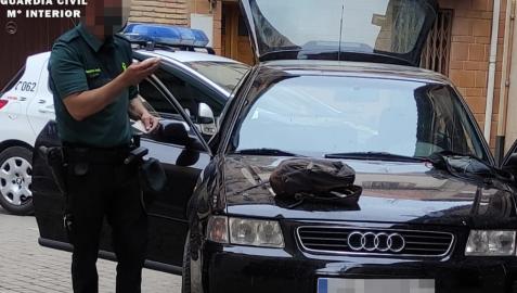 La Guardia Civil revisa el vehículo del detenido.