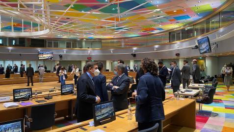 La consejera Gómez conversa con el ministro Planas. En segundo plano, el embajador Raúl Fuentes