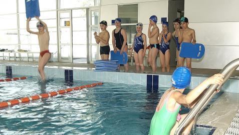 Varios niños durante una clase de natación