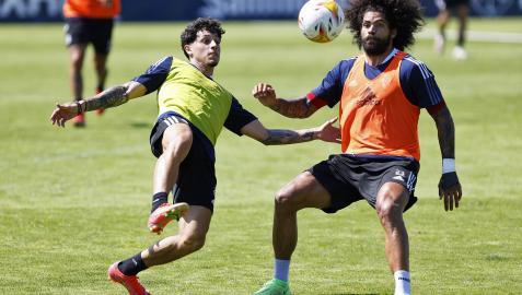 Kike Saverio y Aridane pugnan por el balón durante la sesión de este lunes en Tajonar