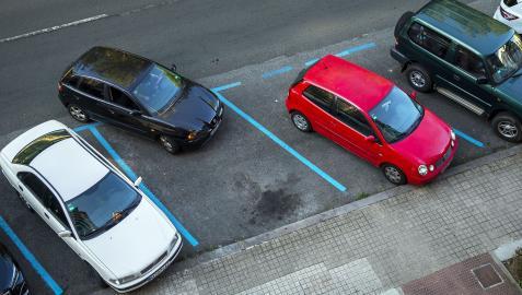Un coche abandona una plaza de zona azul en la Vuelta del Castillo