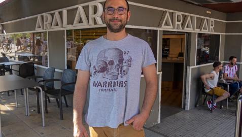 Javier Echávarriz Selas posa delante del bar Aralar de Estella