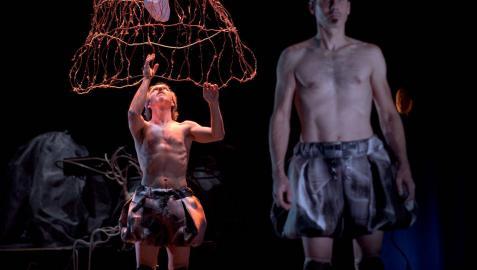 Un momento de Tránsitos, obra que Amico Teatro estrenó en Tafalla en 2020 y hoy estará en Olite