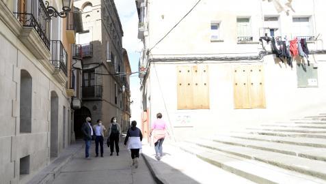 El alcalde, el vicepresidente y la directora general pasearon por el casco antiguo de Peralta.