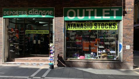 La tienda de deportes Atanasio, en la calle Estafeta en esquina con la travesía Espoz y Mina