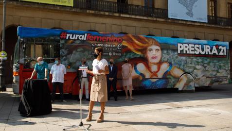 La Presidenta Chivite en un momento del acto, con el autobús de la repoblación al fondo.