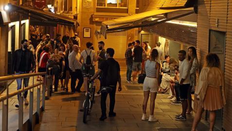 Cientos de personas disfrutaban de la noche pamplonesa en el Casco Viejo el pasado fin de semana. De momento el toque de queda no tiene autorización judicial