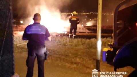 Imagen del fuego que afectó a una calle del berrio de Mendillorri.