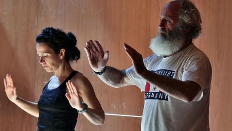 Dos personas practican yoga en Baluarte.