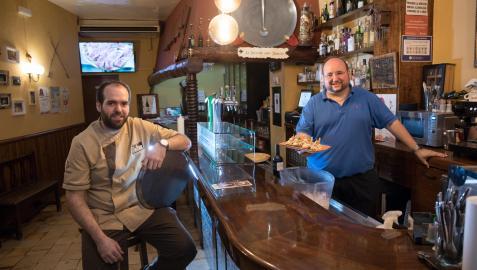 A la izda., Alberto Lamana y, tras la barra, su hermano Antonio, regentes del bar Le Bistrot de Tudela