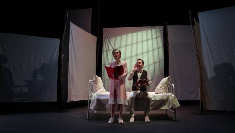 Marta Juániz en su papel de Juany y David Larrea, como su marido, Ramón, en un momento de la función.