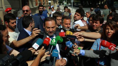 El ya exministro Ábalos, hablando para los medios el 6 de agosto de 2019 en Pamplona. Tras él, con gafas oscuras, Koldo García