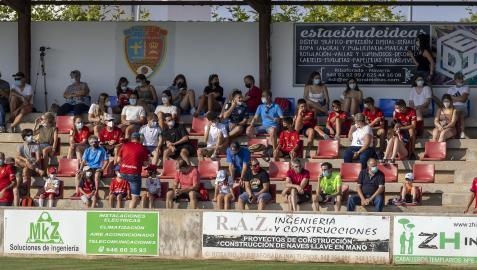 Aspecto de la grada principal del campo San Bartolomé de Ribaforada donde se ubicó parte de los 800 espectadores