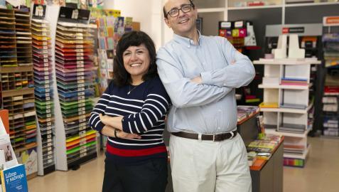 Joan y Guillermina, en la papelería Croquis que abrieron con la financiación de MicroBank