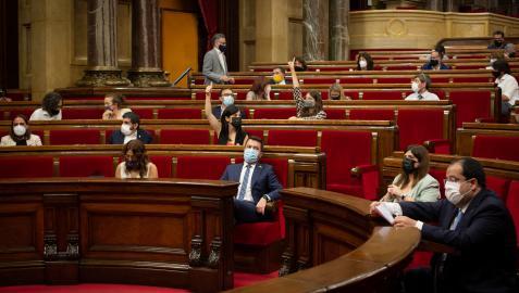 El presidente de la Generalitat, Pere Aragonès (centro), durante una sesión plenaria en el Parlament
