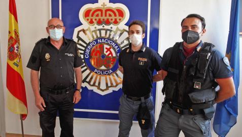 El jefe superior de Policía Nacional en Navarra, José María Borja (izquierda), junto a los dos policías italianos: Fabrizio Russo, de Milán, y Antonio Taschetti, de Venecia