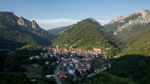 Vista del pueblo de Isaba desde una de las montañas cercanas, desde donde se distingue el helipuerto y la parroquia de San Cipriano