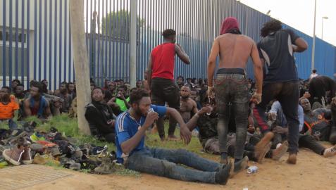 Un grupo de migrantes de origen subsahariano, a las puertas del Centro de Estancia Temporal de Inmigrantes (CETI) de Melilla  Europa Press  22/07/2021
