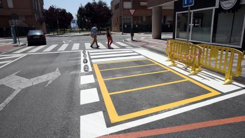 Uno de los pasos de cebra de Etxabakoitz norte en proceso de adaptación. Ya están pintadas las plazas para motos y colocados los cojines.