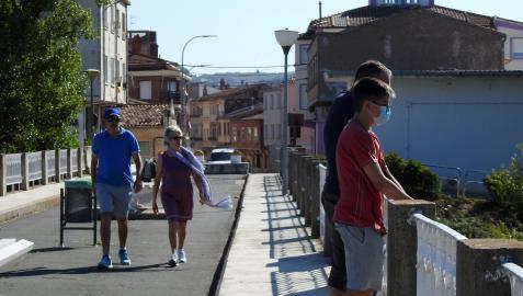 Vecinos paseando por el puente viejo sobre el río Ebro, un enclave que ha marcado la frontera natural con la vecina La Rioja