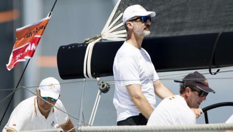 El rey Felipe VI navegando en el Aifos durante una jornada de entrenamiento de una Copa del Rey de Vela anterior