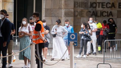 Varios jóvenes acuden a un dispositivo de vacunación contra el Covid-19 en Santiago de Compostela