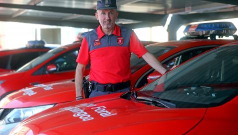 Carlos Yárnoz, entre parte de la flota de vehículos patrulla, fotografiado esta semana en la sede de Policía Foral en Beloso