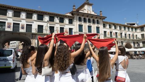 Una cuadrilla de chicas alzó sus pañuelos hacia la Casa del Reloj de Tudela cuando dieron las 12 horas.