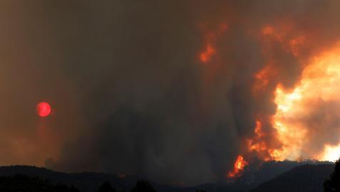 Aspecto del incendio en Santa Coloma de Queralt, con el humo tapando el sol